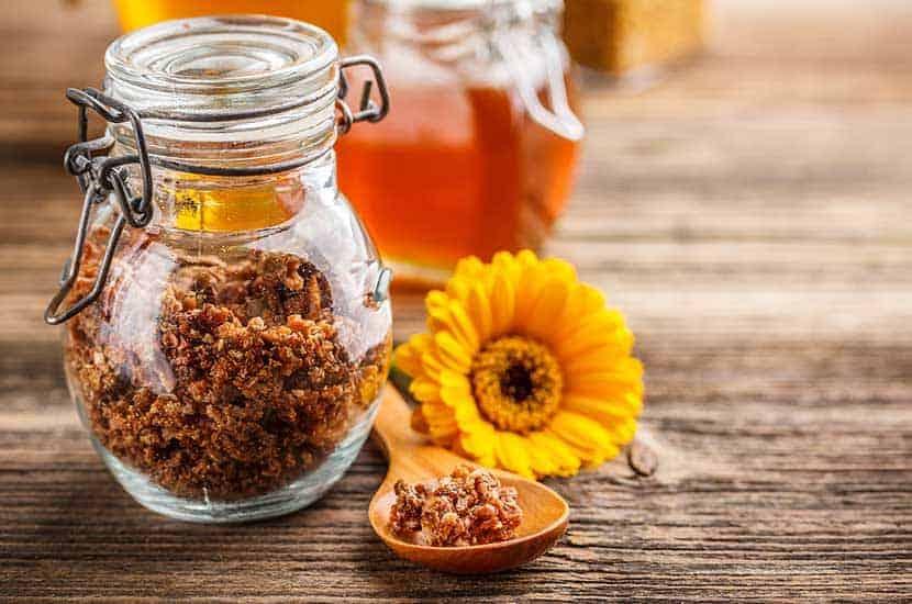 Pochodzący również od pszczół propolis ma wspaniałe właściwości antybakteryjne.