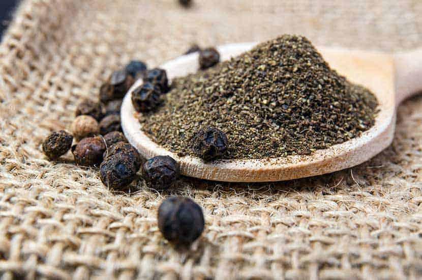 piperyna z czarnego pieprzu ma działanie przeciw otyłości.
