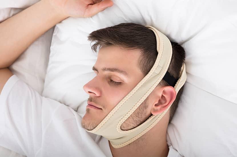 Po prostu załóż opaskę Snorila na głowę przed snem