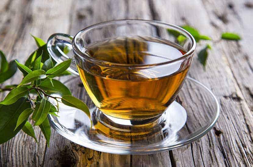 Zielona herbata jest bogata w antyoksydanty i substancje, które mogą spalać tłuszcze
