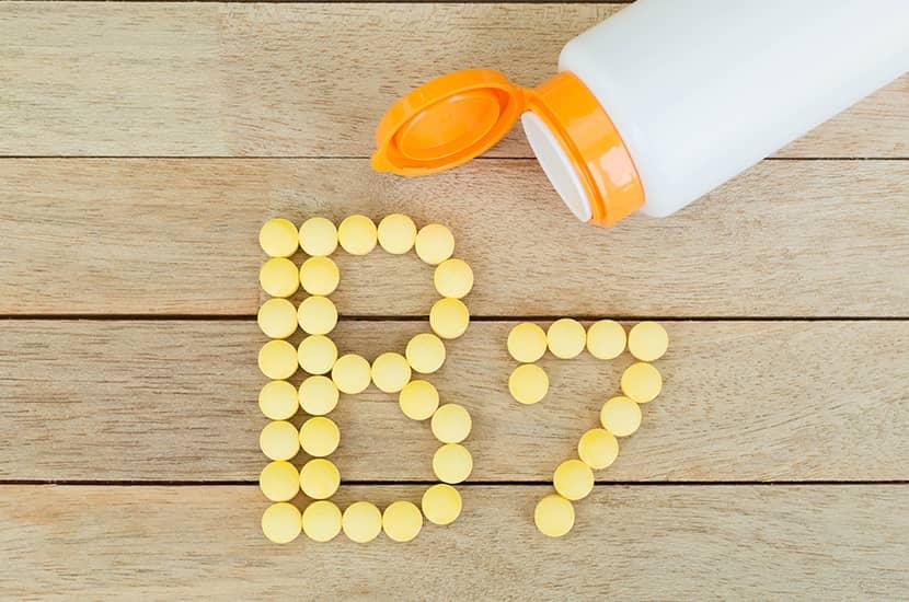 Biotyna lub witamina B7 jest również niezbędna dla zdrowego i silnego wzrostu włosów