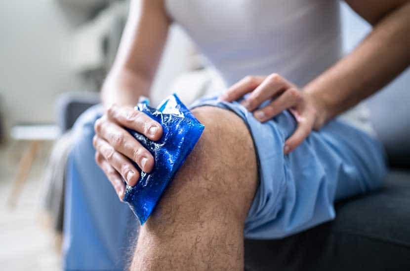 Nałóż lód lub trzymaj kolano uniesione, aby wzmocnić działanie Knee Active Plus.